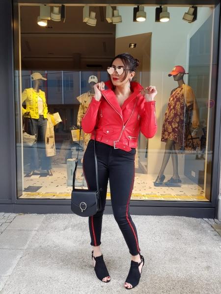 Damen Jeans mit rotem Glitzer Zierstreifen
