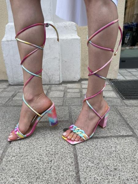 Damen Sandalen mit Absatz im Batik Design